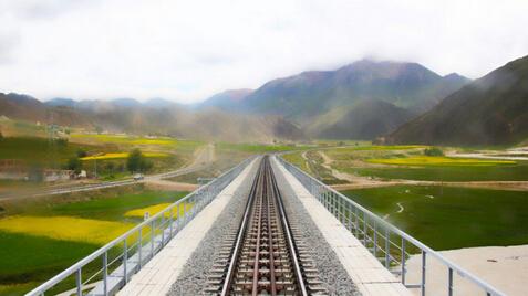 青藏铁路刚开始修建之时,参加修建青藏铁路的各个施工局无一例外都在建行西藏区分行开户,由建行西藏区分行为其提供金融服务,保证了青藏铁路的资金供给-当代金融家