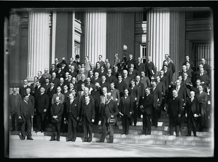 储备银行是一种保障,而不是一种约束。权力过度集中于华盛顿或华尔街,会使得联储体系更易受到政治或私人利益的绑架。图为1914年8月联储系统成立时银行家和联储理事的合影